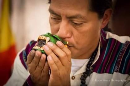 Miguel Huichol ejecuta instrumentos prehispánicos