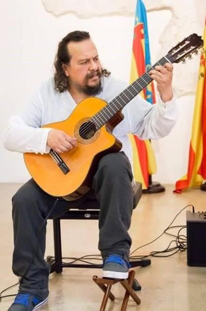 En Proyecto Tenochca, Ricardo Sala es el guitarrista.