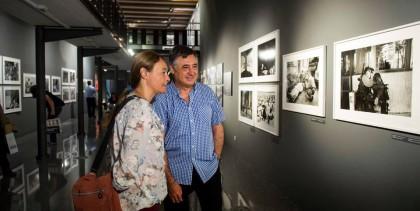 Gervasio Sánchez con Sandra Balsells, comisaria de la exposición