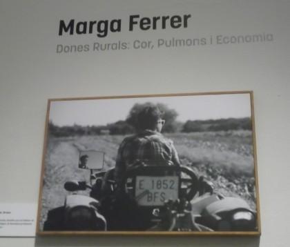 """alt=""""Mujeres rurales refleja imágenes femeninas en diferentes espacios abiertos""""."""