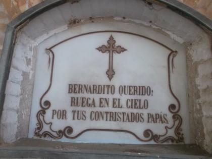 Inscripción en la lápida de un nicho